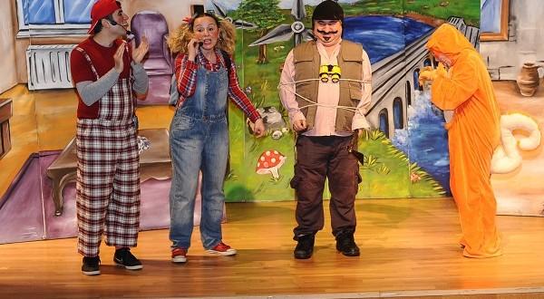 Viko Çocuk Tiyatrosu'ndan öğrencilere karne hediyesi